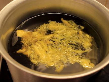 Im leicht erwärmten Olivenöl schmilzt das Wachs